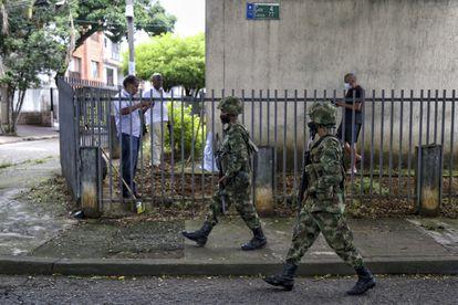 Soldados patrullan las calles de Cali, la tercera ciudad de Colombia, el sábado 29 de mayo.