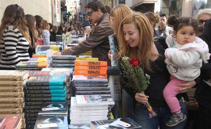 Venta de libros ayer en las calles de Lleida.