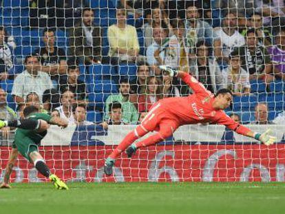 Los blancos, que acabaron sumidos en el caos, se estrellan contra un rival muy ordenado, siguen sin ganar en el Bernabéu y se quedan ya a siete puntos del Barcelona