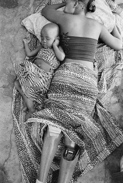 Sofia Elface Fumo, víctima de una mina, duerme junto a su hija Alia en Massaca (Mozambique), febrero de 2007.