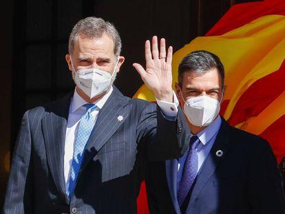 Felipe VI y Pedro Sánchez, en la entrada del Congreso.