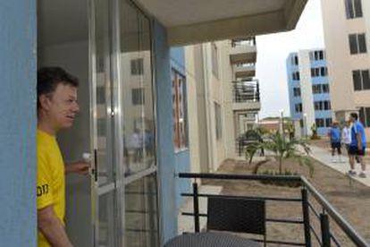 Fotografía cedida por la Presidencia de Colombia en la que se registró al primer mandatario de los colombianos, Juan Manuel Santos, quien estrenó un apartamento del barrio 'Nando Marín' de Valledupar, Norte de Colombia, construido dentro del plan gubernamental de 100 mil viviendas gratis.