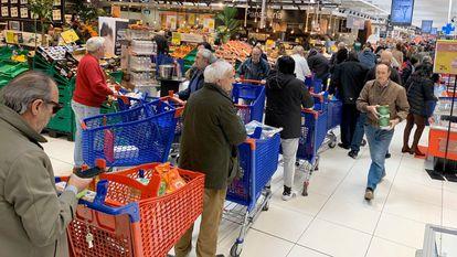 Largas colas en el un supermercado en Majadahonda (Madrid).