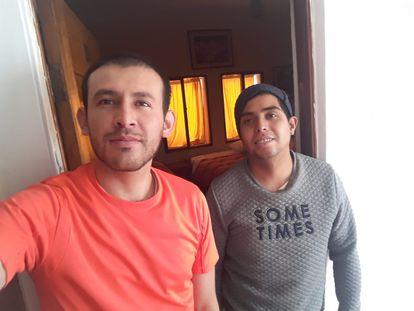 Luis Felipe Ortiz (izq.) y Omar Devia son los últimos huespedes de un hostal en Cusco (Perú).