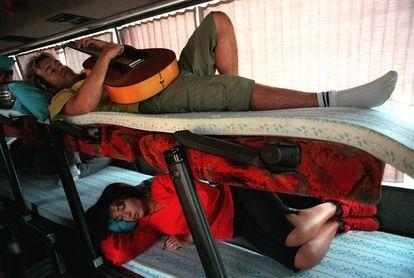 La cantante María Ángeles Muñoz (abajo) y el guitarrista del grupo Camela, en el autocar que usa el grupo para las giras de verano, en 2000.