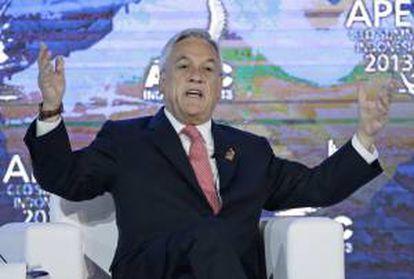 El presidente chileno, Sebastián Piñera gesticula durante una intervención en una mesa redonda celebrada en la reunión de líderes empresariales del Foro de Cooperación Económica de Asia-Pacífico (APEC) que se celebra en la isla indonesia de Bali.