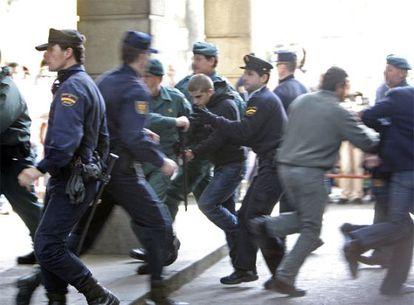Miguel Carcaño (centro) se cruza con Javier G. (derecha)