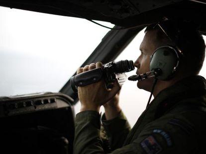 Un piloto de la fuerza aérea de Nueva Zelanda busca restos del MH370 desde un Orion.