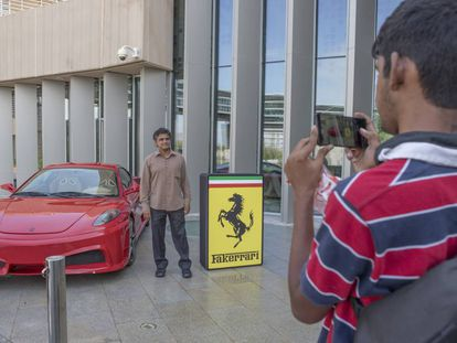 Un visitante posa ante el 'Fakerrari' que se expuso el pasado sábado durante la jornada de puertas abiertas de la UEIPO.