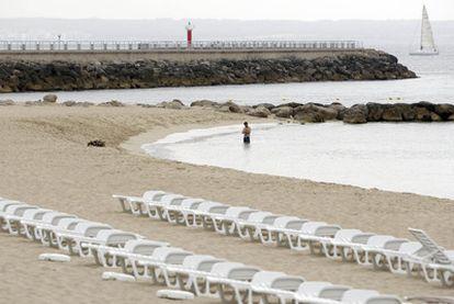 Playa de Can Pere Antoni de Palma de Mallorca con las hamacas recogidas en agosto del año pasado.