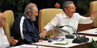 Los hermanos Castro (Fidel y Raúl) con el vicepresidente José Ramón Machado (izquierda) en la clausura del VI Congreso del PCC.