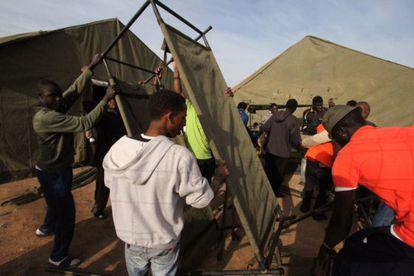Montaje de tiendas y literas militares para los subsaharianos en Melilla.