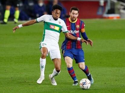 Messi controla ante la presión de Mojica.