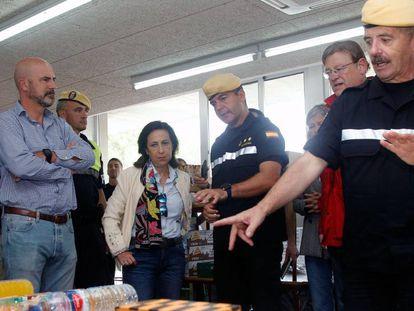 La Ministra de Defensa en funciones, Margarita Robles, en el puesto de mando en Orihuela (Alicante) desde donde se coordinan las labores de todas las fuerzas y cuerpos de seguridad que participan en las zonas afectadas por la gota fría. En vídeo, imágenes del temporal.