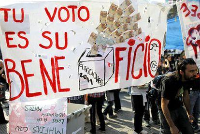 Los jóvenes del Movimiento 15-M protestan por el sistema electoral en una de sus pancartas colocadas en la acampada de Sol (Madrid).