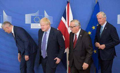 Desde la izquierda, Stephen Barclay, encargado británico del Brexit; Johnson, Juncker y Barnier, en Bruselas.