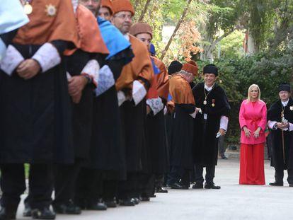 Cristina Cifuentes, junto a rectores y catedráticos, durante el acto de comienzo del curso.
