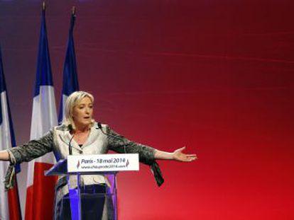 La presidenta del ultraderechista Frente Nacional francés, Marine Le Pen, se dirige a sus seguidores el domingo en París.