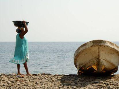 Una mujer con pescado en San Tomé y Príncipe, un archipiélago africano donde se prevé que el potencial pesquero descienda por el cambio climático.