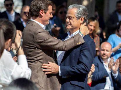 El líder de Ciudadanos, Albert Rivera, se abraza a Marcos de Quinto, su número dos al Congreso por Madrid, durante la campaña electoral del 28-A. En vídeo, declaraciones del secretario de Organización de Ciudadanos, César Zafra, sobre los tuits de De Quinto.