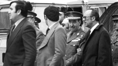 El general Alfonso Armada, llevado del brazo por el gobernador civil de Madrid, Mariano Nicolás García, a su salida del Congreso el 24 de febrero de 1981 tras el fracaso del golpe de Estado.
