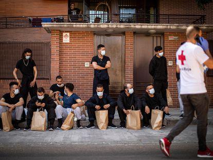 Varios de los inmigrantes trasladados el domingo de Motril a Granada, este lunes junto al pabellón en el que pasaron la noche.