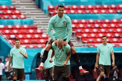 Cristiano Ronaldo salta sobre Pepe durante un entrenamiento de la selección portuguesa