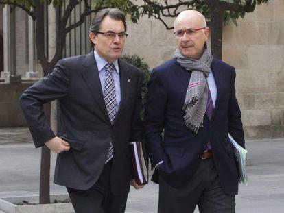 El presidente de la Generalitat, Artur Mas, acompañado por el secretario general de CiU, Josep Antoni Duran Lleida, a su llegada a la reunión semanal del Gobierno catalán.