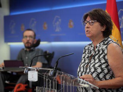 La portavoz de Sanidad de Unidas Podemos, Rosa Medel, da una rueda de prensa en presencia del portavoz de la formación en el Congreso, Pablo Echenique, a principios de julio.