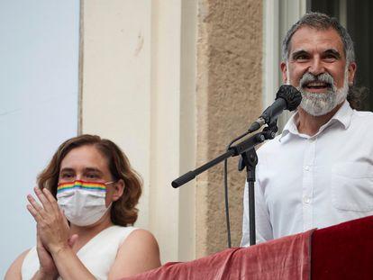 La alcaldesa Ada Colau y el presidente de Òmnium, Jordi Cuixart, durante el pregón de las fiestas de Gràcia durante el que fue pitada la edil.