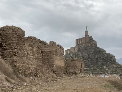 En primer plano, muros del castillejo de Monteagudo. Al fondo, castillo de Monteagudo.