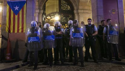 Un grupo de 'mossos' defiende este lunes el acceso al Parlament.