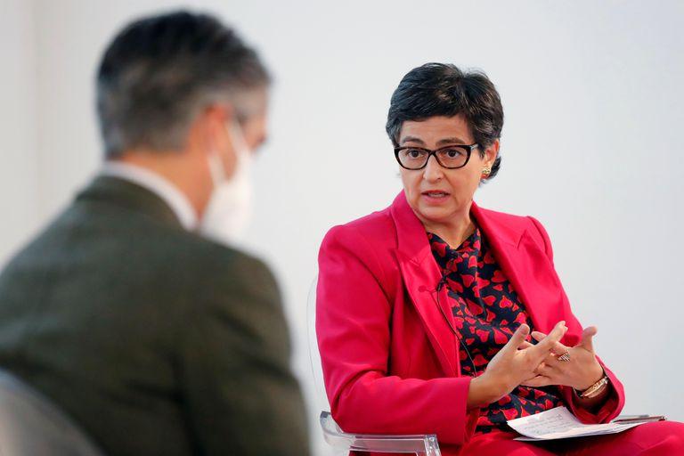 Arancha González Laya conversa este lunes con el periodista Carlos Franganillo durante el foro Conversaciones sobre Europa.