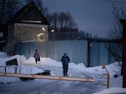 Un funcionario del servicio penitenciario federal ruso camina frente a la colonia penal IK2, cerca de la ciudad de Pokrov, el 1 de marzo.