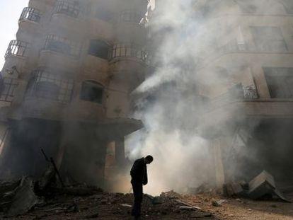 Un edificio arde en enero de 2013 tras un ataque de las fuerzas aéreas del presidente Bachar el Asad.