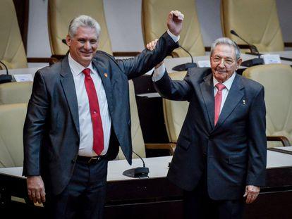 Miguel Díaz-Canel, a la izquierda, saluda junto a Raúl Castro tras ser nombrado presidente en abril de 2018.
