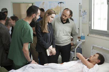 La actriz estadounidense y embajadora de buena voluntad de ACNUR, Angelina Jolie, visita a un paciente en un hospital de Misrata, en Libia.