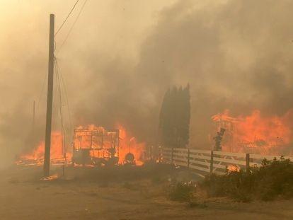 Las llamas arrasan una edificación en una calle en Lytton (Canadá).