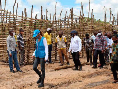 Margarida Loureiro, jefa de la oficina de Acnur en Pemba, en una visita a un asentamiento de mozambiqueños desplazados.