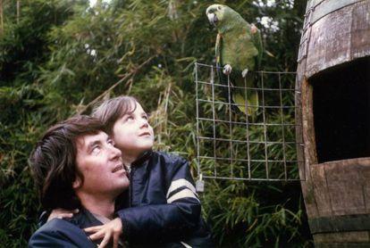 Helen Macdonald y su padre, en una foto familiar.
