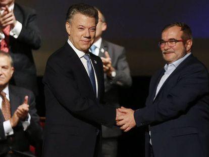 Juan Manuel Santos y Rodrigo Londoño, 'Timochenko', tras firmar el acuerdo de paz, en noviembre de 2016.