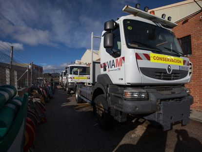 Camiones quitanieves de la Comunidad de Madrid en la base de las brigadas de conservación de carreteras de Chapinería, un municipio en el oeste de la región.