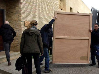 'La inmaculada', en la caja en la que ha sido trasladada al monasterio de Sijena.