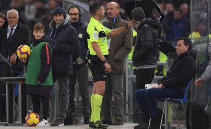 El colegiado italiano  Gianluca Rocchi consulta el VAR durate un partido de la liga italiana.