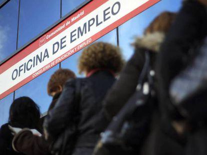 Varias mujeres hacen cola en una oficina de desempleo en Madrid.