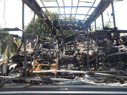 Estado en que quedó el autobús que fue objeto del atentado.