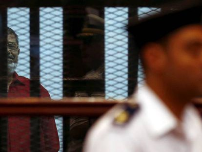 El expresidente Morsi durante el juicio contra los Hermanos Musulmanes, en El Cairo en 2015.