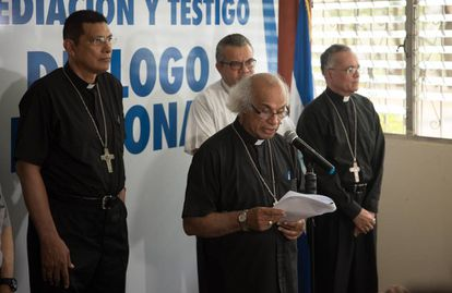 El cardenal de Nicaragua, Leopoldo Brenes, lee el comunicado.
