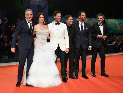 Desde la izquierda, el director Olivier Assayas y los actores Penélope Cruz, Edgar Ramírez, Gael García Bernal, Wagner Moura y Leonardo Sbaraglia, en el festival de Venecia.