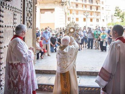El cardenal Cañizares el domingo tras la misa de Corpus Chisti. Foto:  MANUEL GUALLART